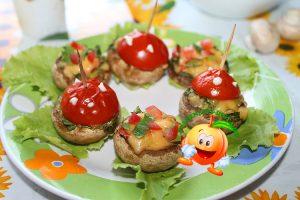 Диетические грибы, фаршированные курицей, сыром и зеленью